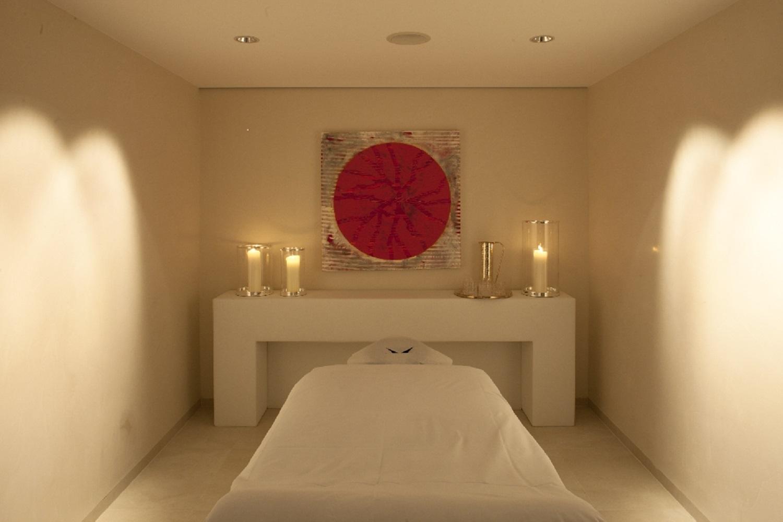 Raum im Thurnher's Spa mit Massageliege und Kerzen