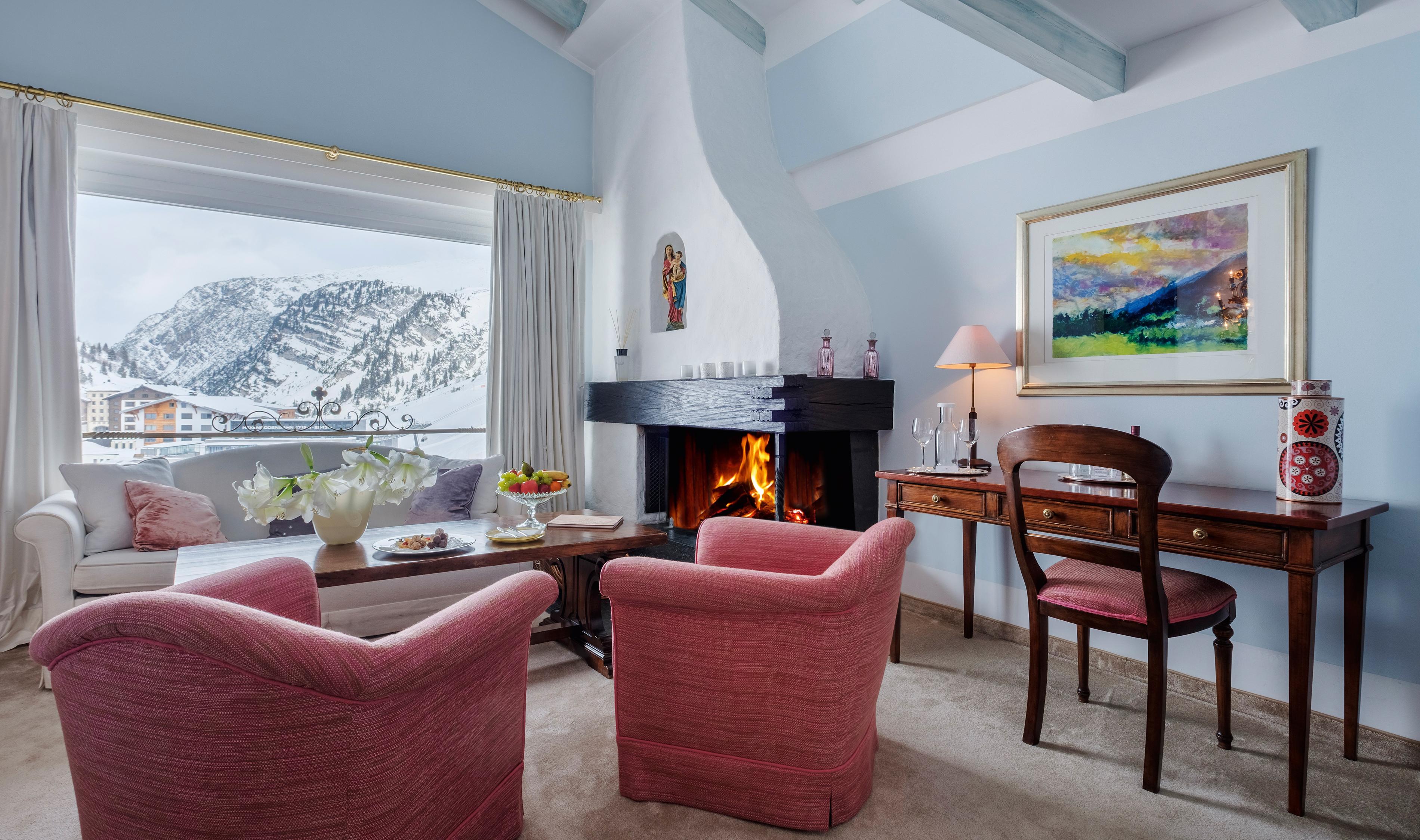 Gemütlicher Wohnbereich eines hellen Zimmers des 5 Sterne Hotels in Zürs