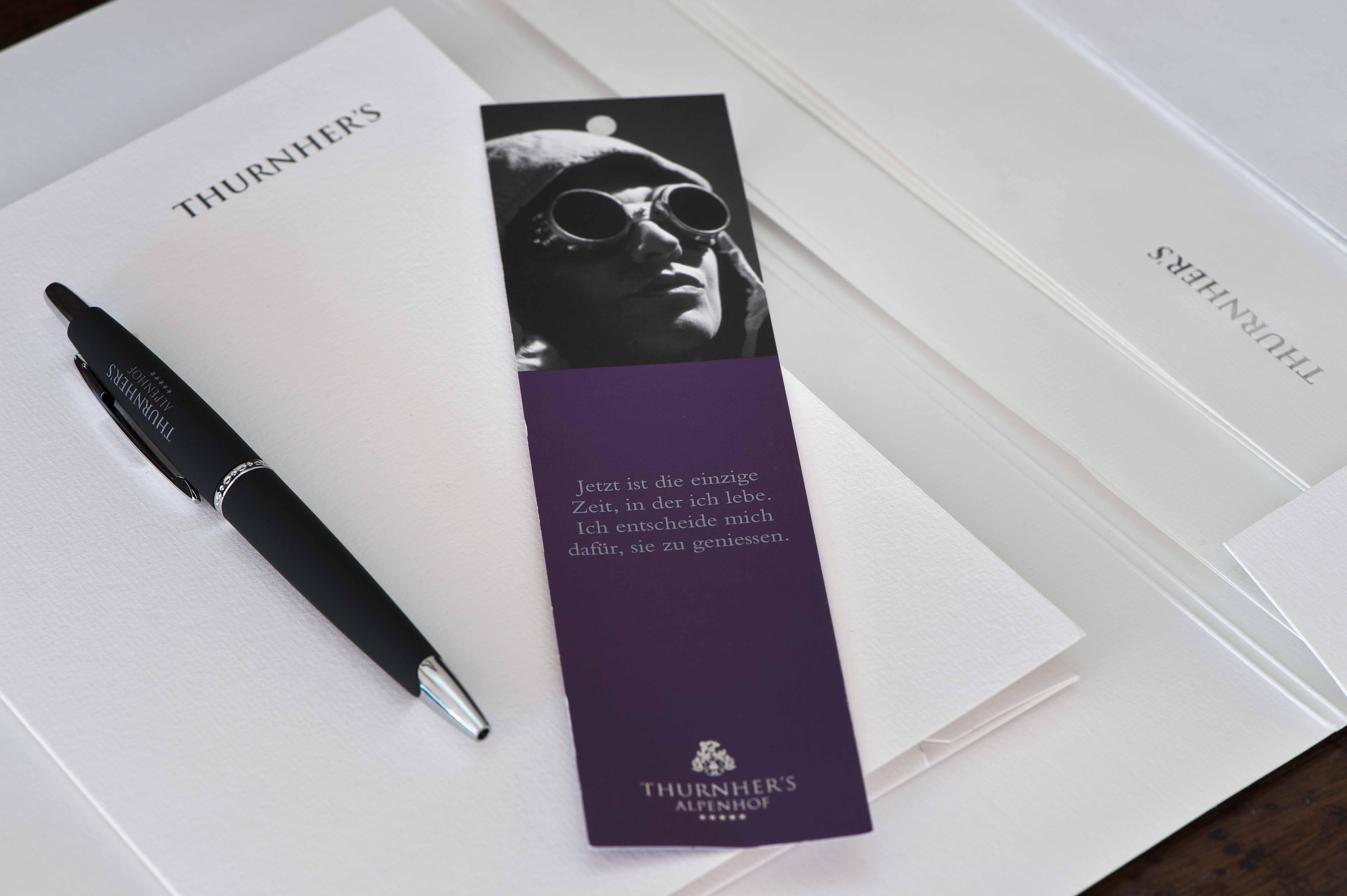 Lesezeichen, Kugelschreiber und Notizblock des Thurnher's Alpenhof