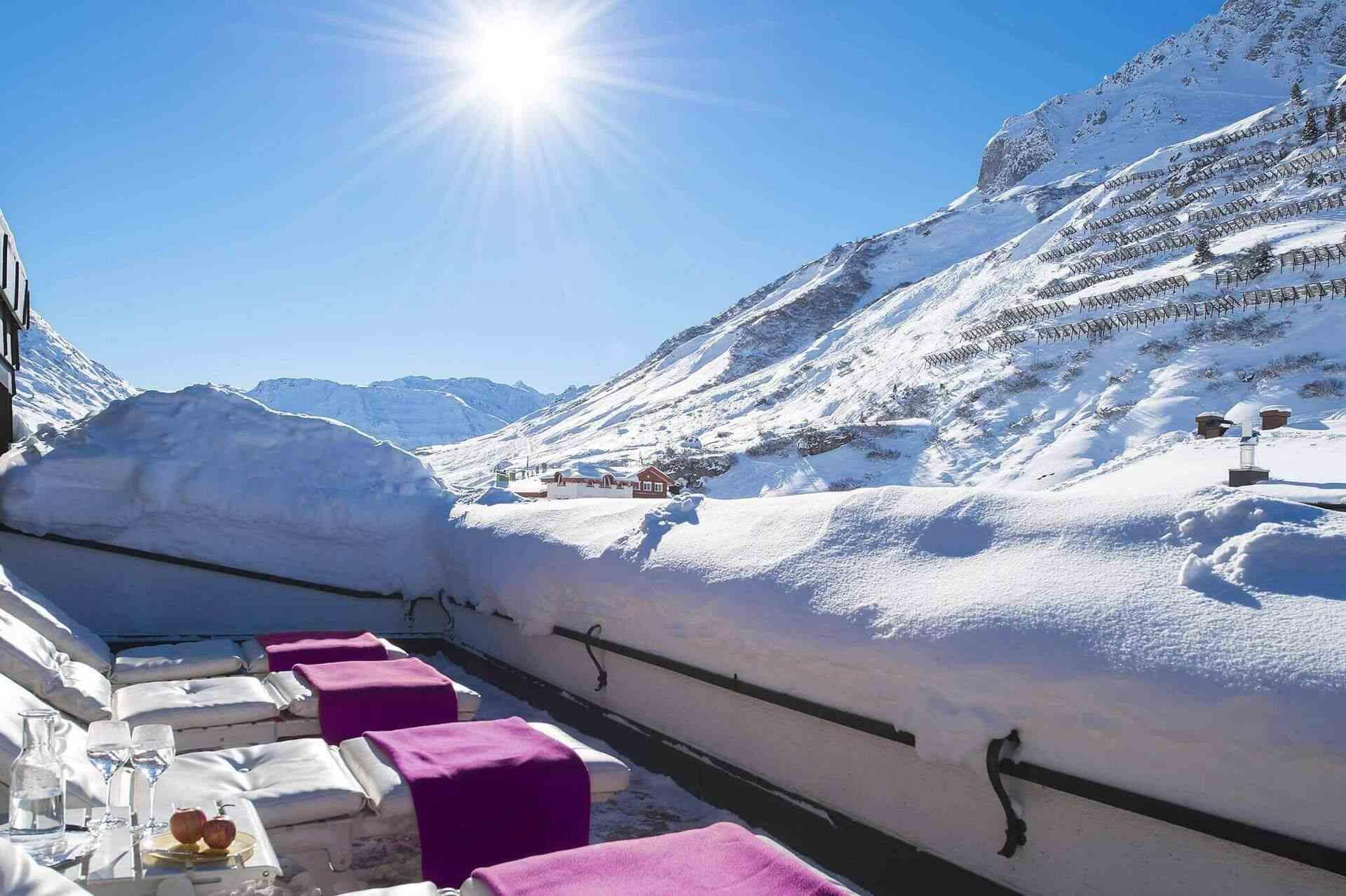 Dachterrasse des Hotels mit Ausblick auf den Arlberg