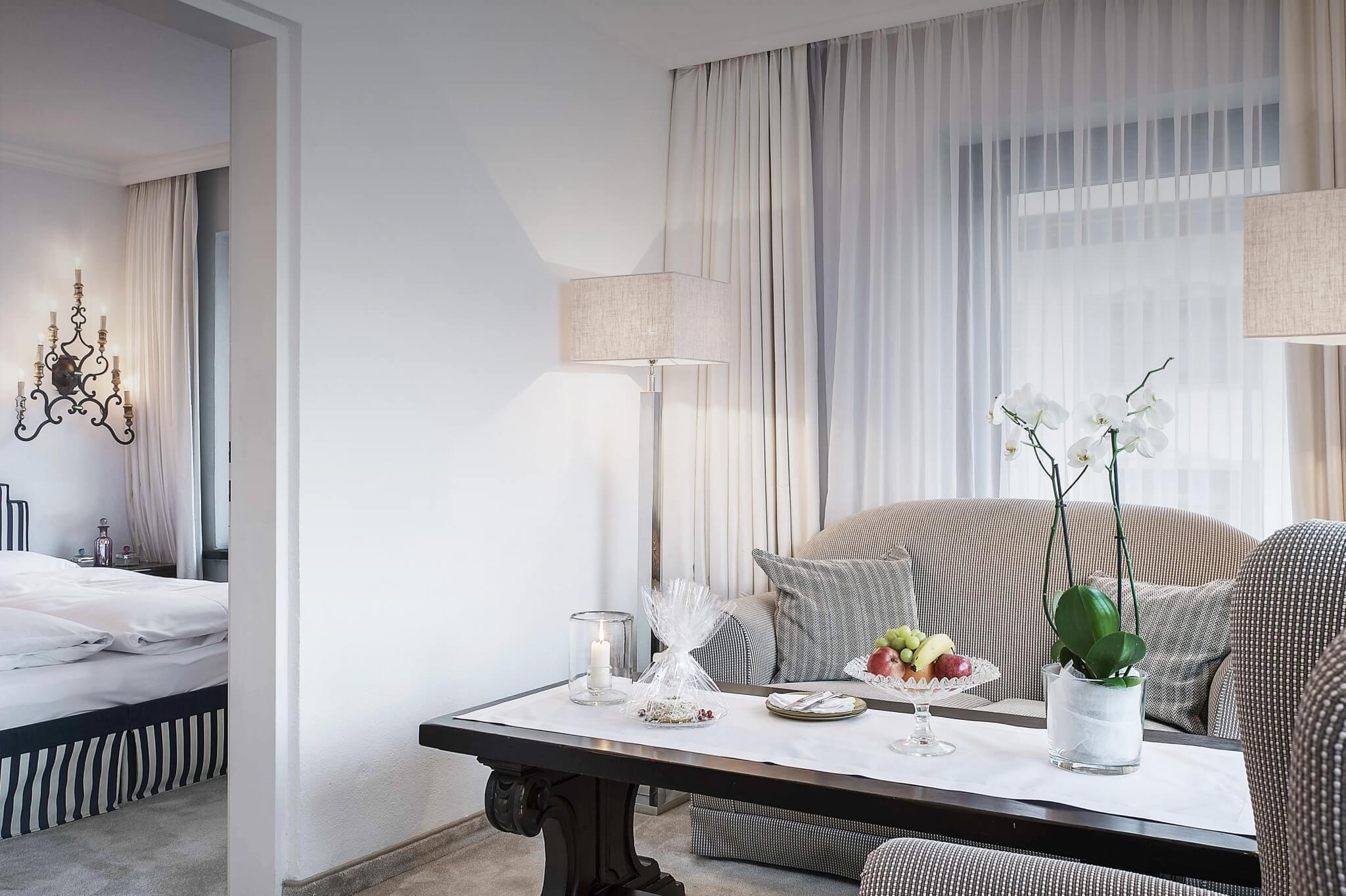 Wohn- und Schlafbereich eines Zimmers im Luxushotel in Vorarlberg