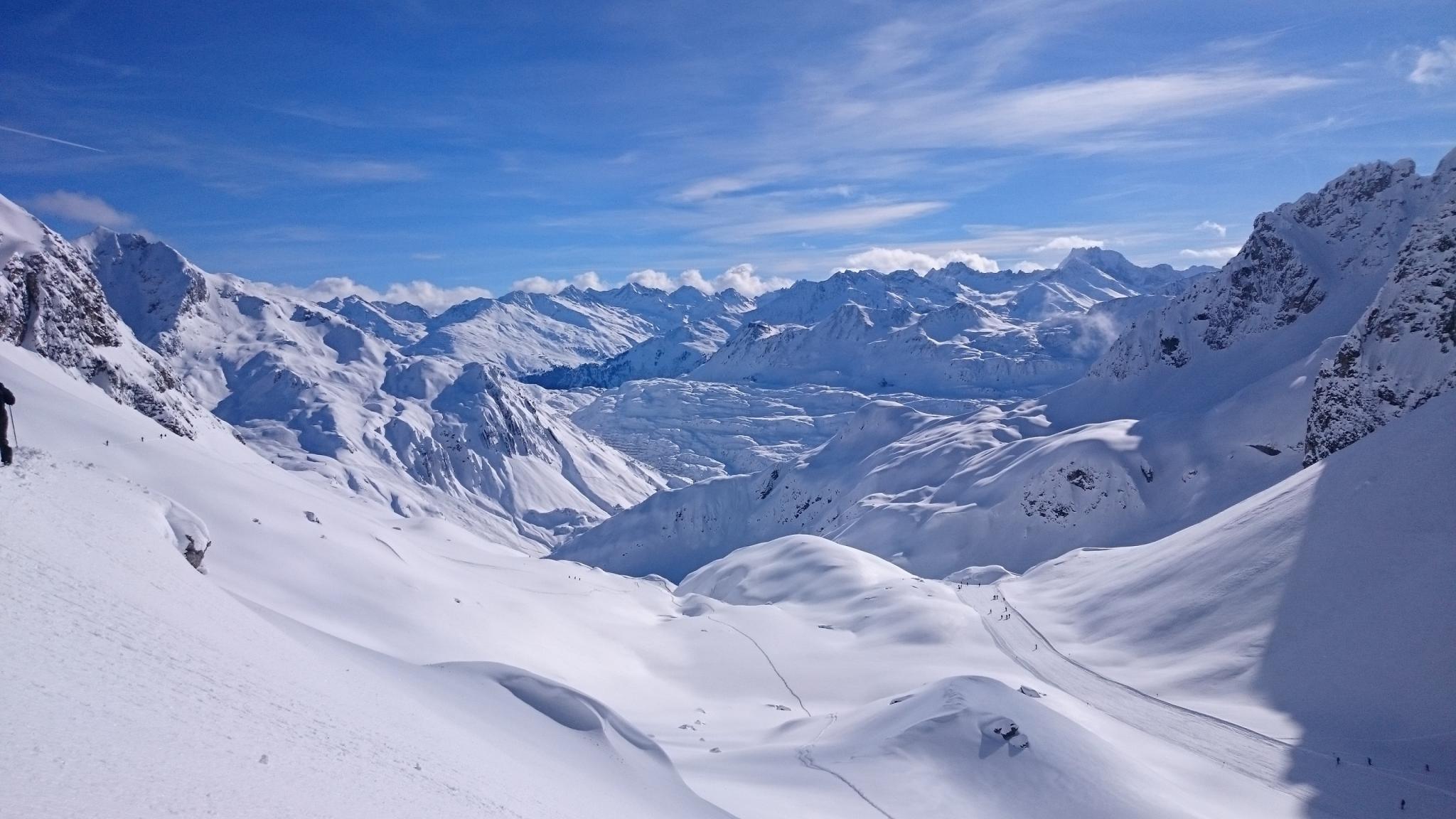Schneebedeckte Berglandschaft in Zürs bei blauem Himmel