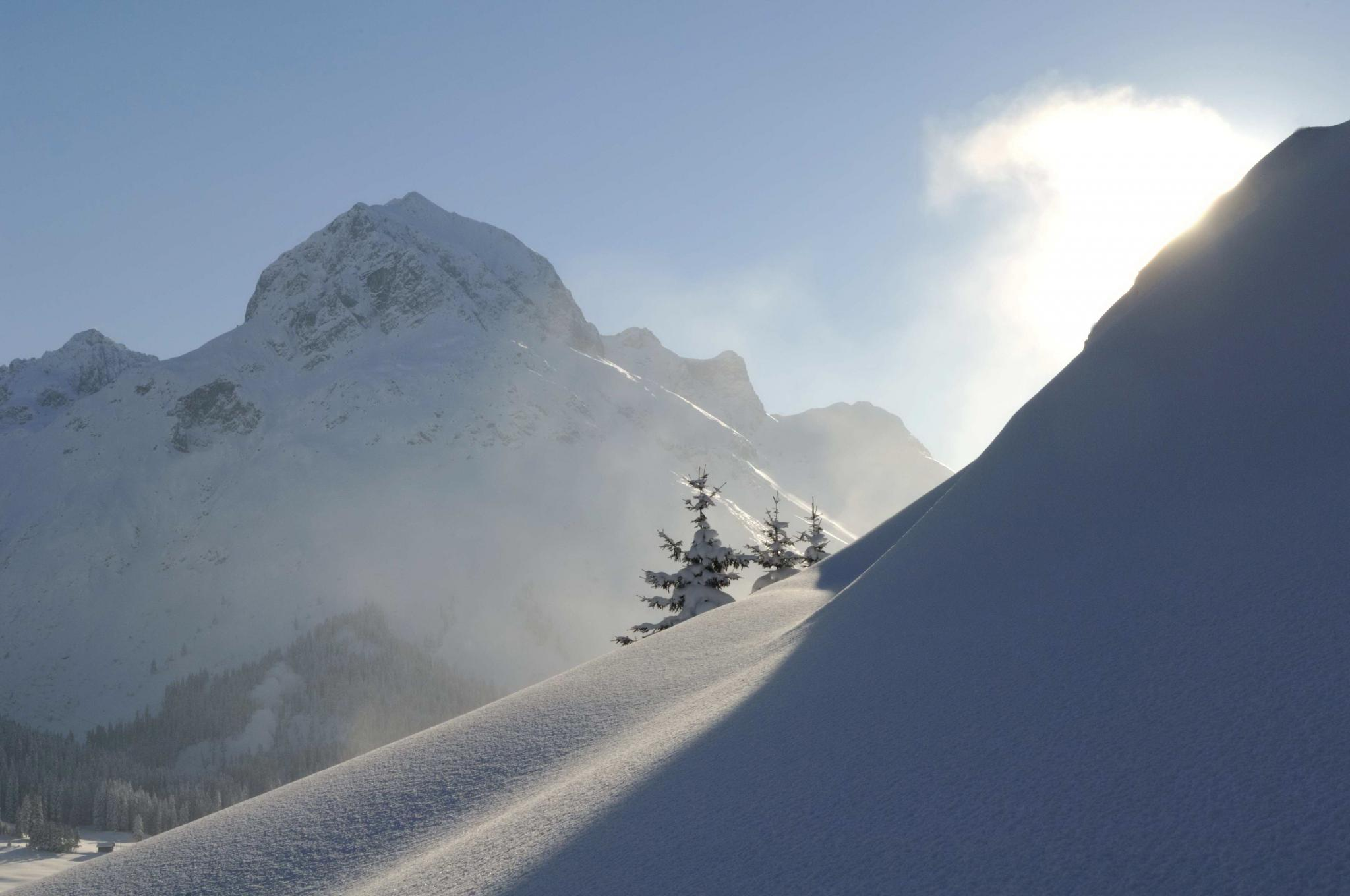 Halbschattiger schneebedeckter Berg in Zürs