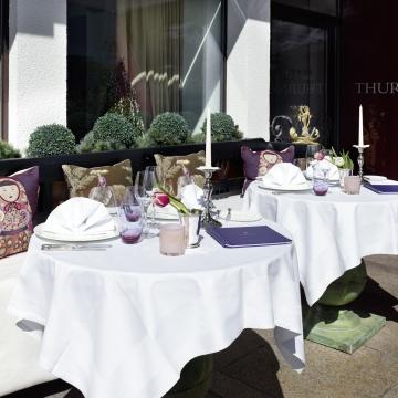 gedeckter Tisch auf der Terrasse des Restaurants am Arlberg