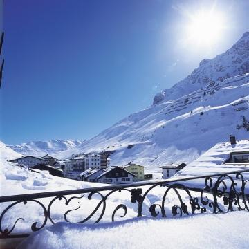 Ausblick von der Panoramaterasse des Hotels auf die Schneelandschaft