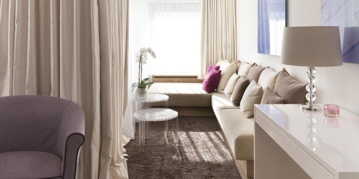 Sitzecke in einer Suite im Hotel am Arlberg