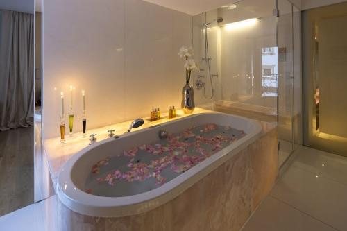 Marmor-Badewanne mit Rosenblättern