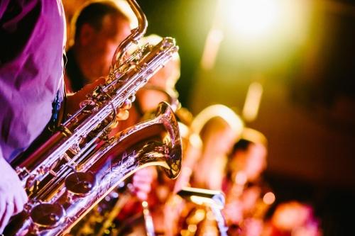 Nahaufnahme eines Saxophonspielers