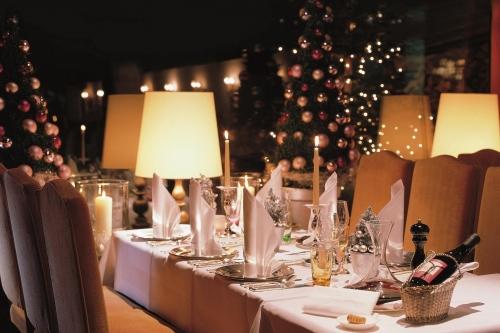 Weihnachtlich gedeckter Tisch im Restaurant Arlberg
