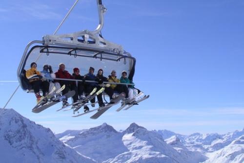 Gondel im Skilift mit Skifahrern