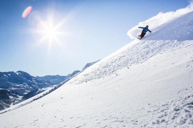 Skigebiet Zürs mit Skifahrer