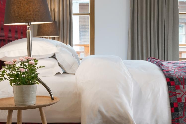 Gemachtes Bett eines Hotelzimmers im Thurnher's Hotel