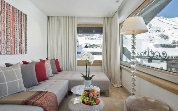 Couchbereich der Suite mit 2 Schlafzimmern