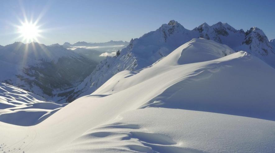 Schneebedeckte Berglandschaft bei Sonnenschein