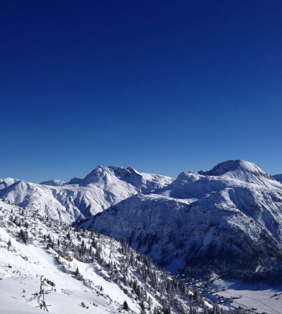 schneebedeckte Berge vor blauem Himmel