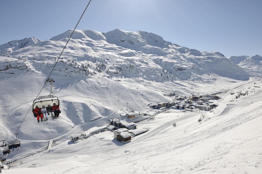 Berglandschaft mit Skilift und Hütten