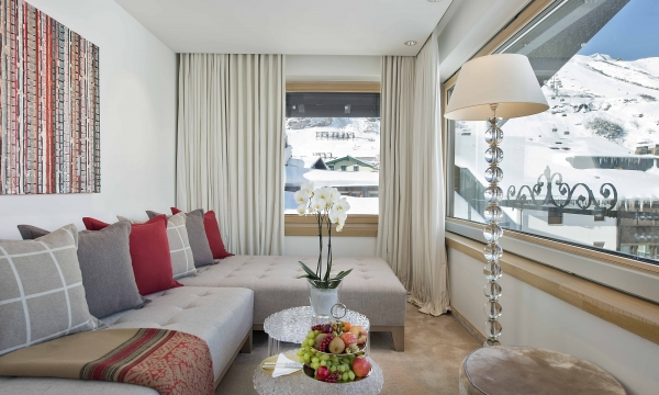 Sitzecke in einem Zimmer des Hotels mit Blick auf den Arlberg