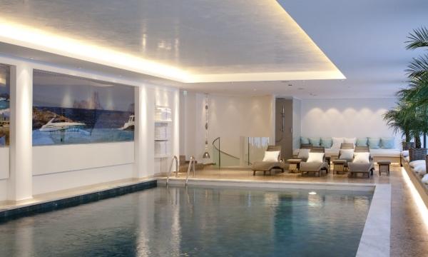 Indoor-Pool mit Liegen im Hotel am Arlberg