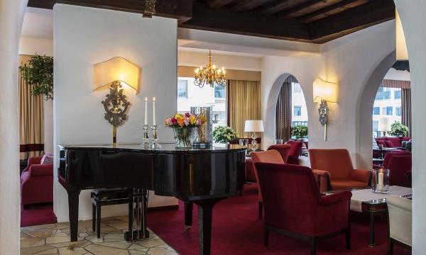Flügel in der Lobby des Hotels am Arlberg
